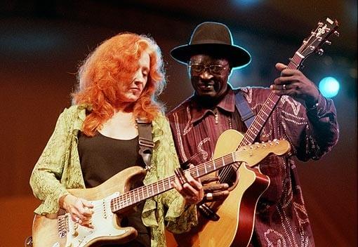 Bonnie Raitt joins Ali Farka Touré on stage at WOMAD Festival - 7/30/2000 Seattle, WA © Neil Parker