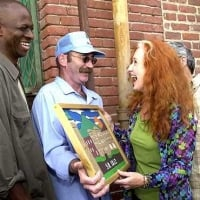 Singer Bonnie Raitt is on a personal crusade to help people stay clean and sober. Saturday, she played in front of an audience at California's San Quentin Prison. Before the concert, she accepted a picture of San Quentin Prison given to her by inmate Wolf Stipe, left center.