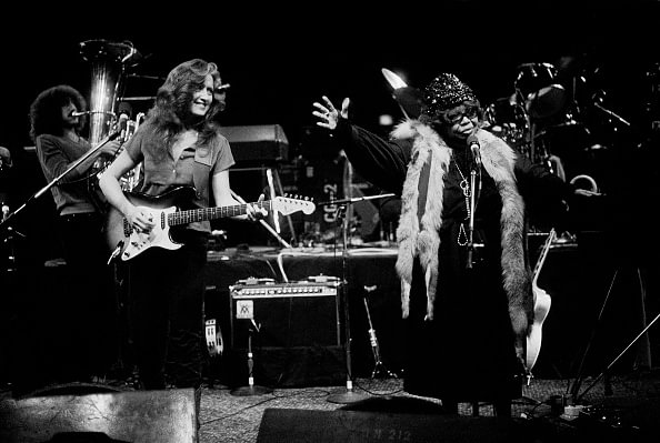 Bonnie Raitt and Sippie Wallace perform at the Mill Run Theater, Niles, Illinois, March 30, 1980 © Paul Natkin /Getty Images