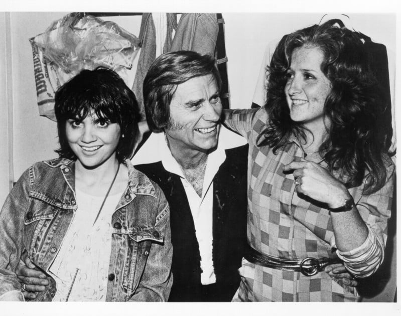 Linda Ronstadt and Bonnie Raitt join country star George Jones backstage at The Bottom Line in September 1980 in New York City, New York © Michael Ochs Archives /Getty Images