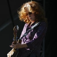 Bonnie Raitt plays the guitar at the Zuma stage.  © Hayne Palmour IV