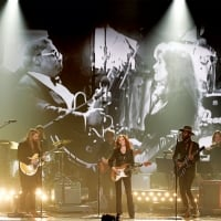 Bonnie Raitt performing with Stapleton (left) and Clark (right) during a tribute to B.B. King at the Grammys on Feb. 15, 2016. © Getty Images