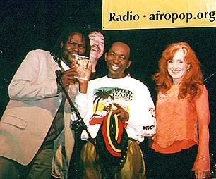 Ish Mafundikwa awards Thomas Mapfumo at Let Freedom Sing! - Bottom Line New York - April 29, 2002 © Banning Eyre