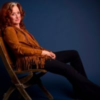 In-this-March-7-2016-photo-singer-Bonnie-Raitt-poses-for-a-portrait-in-New-York-to-promote-her-new-album-Dig-In-Deep © Drew-Gurian /Invision-AP