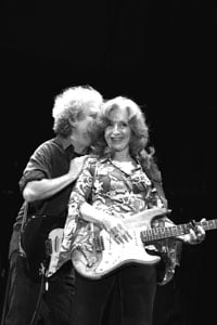 Guitarist George Marinelli tells Raitt a funny secret. © William Walker