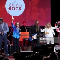 Keb' Mo', Bonnie Raitt, Elvis Costello, and Darlene Love perform onstage during the Little Kids Rock Benefit 2017 at PlayStation Theater on October 18, 2017 in New York City.  © Cindy Ord /Getty Images