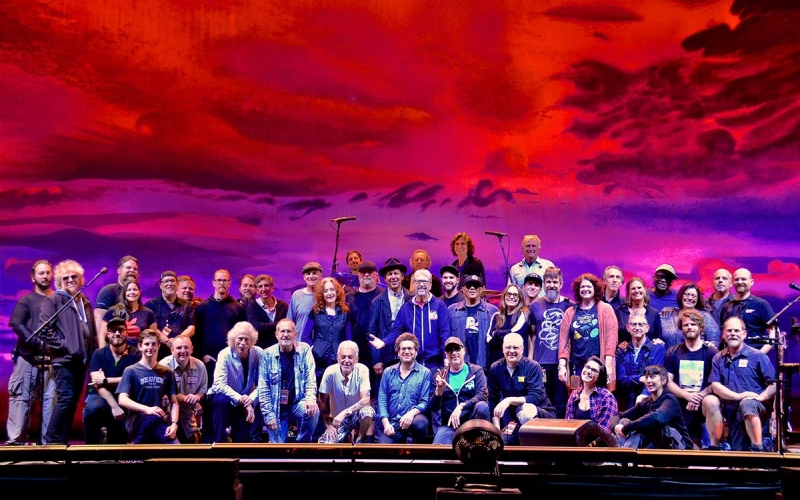 Say hello to the bands and crew of the 2018 Tour. Touring would be impossible without hardworking, talented people like this bunch! — met Blue Lou Marini, Bonnie Raitt, Luis Conte, Kate Markowitz, Michael Landau, Arnold McCuller, Andrea Zonn en Dr. Steve Gadd